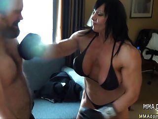 मिश्रित boxing- पेशी गर्म लड़की beatdowns