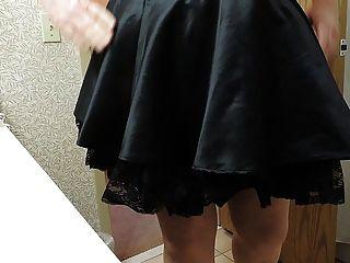 बैंगनी कोर्सेट और काले नौकरानियों स्कर्ट में बहिन रे
