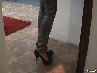 मेज पर ऊँची एड़ी के जूते