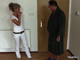 अपने पुराने माँ और पिताजी चालें उसकी त्रिगुट में