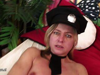 महिला सिपाही परिपक्व गीला पाने के लिए प्यार करता है