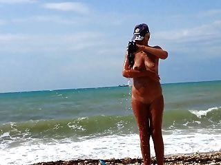 समुद्र तट पर मेरी पत्नी