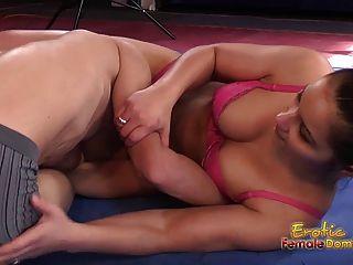 श्यामला सेक्सी कुश्ती विनम्र में धारण डालता है