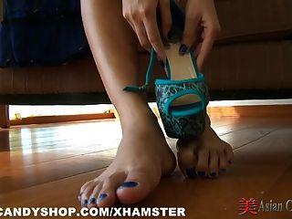 एशियाई स्ट्रिपटीज़ और पैर खेलने