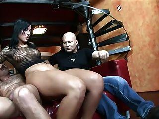एक लाल सोफे पर सेक्स