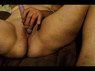एक गहन संभोग सुख में हस्तमैथुन।