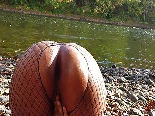 कोलम्बियाई लड़की नदी द्वारा गड़बड़ हो जाता है