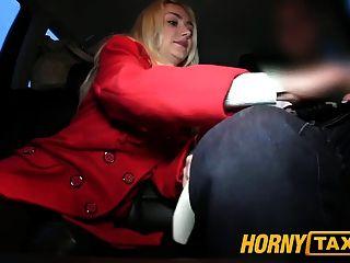 hornytaxi गर्म गोरा सुंदरता जानता है कि वह क्या चाहता है