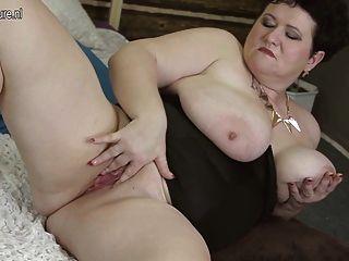 कैम पर अकेले Busty माँ