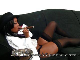नीना एक सिगार धूम्रपान करता है