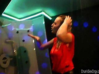 एक क्लब में कमबख्त slutty पार्टी लड़कियों