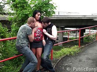 सुंदर लड़की सार्वजनिक सेक्स त्रिगुट भाग 1