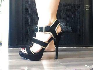 कैपरी से पता चलता है उसे सेक्सी पैरों और कुछ ऊँची एड़ी के जूते पर कोशिश करता है