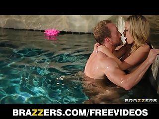 Charlee मुनरो नग्न हो जाता है और पूल में मुश्किल fucked