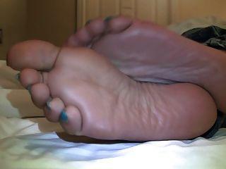 भीख मांगने के पैरों पर cummed जा करने के लिए