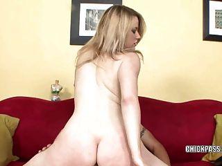 स्कारलेट मिठाई उसे तंग योनी में कुछ डिक लेता है