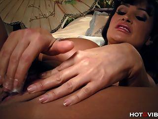 भारी स्तन के साथ milf एक वास्तविक प्रलोभिका है
