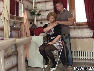 पत्नी बाहर आता है और वह उसे गर्म माँ बैंग्स