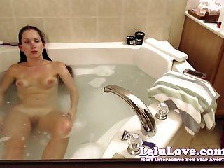 वेब कैमरा लड़की washes बाल और shaves पैर और स्नान में बिल्ली