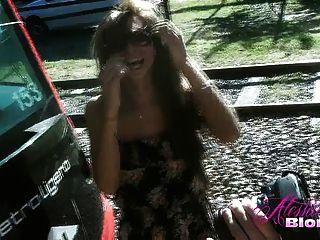एक पुष्प पोशाक में गोरा Alessandra