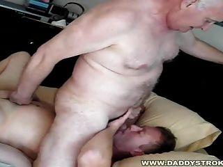 घर फिर से - पिताजी ने अपने लड़के के लिए रवाना हो रही प्यार करता है!