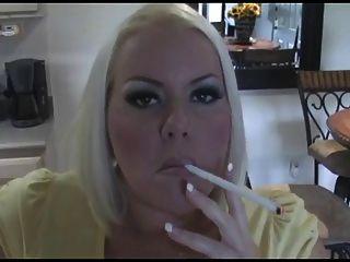 गर्म गोरा milf धूम्रपान सोलो