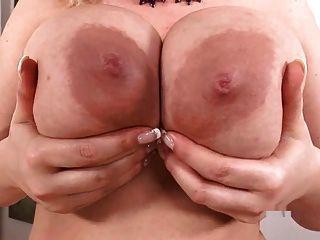 संचिका सोफी मेई उसके बड़े स्तन के साथ खेलता है