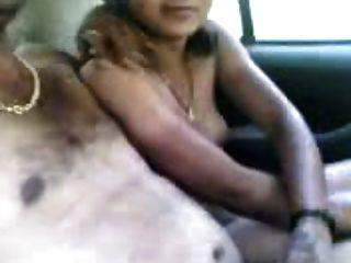 कार में भारतीय जोड़ी