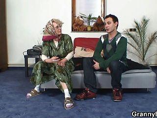 अकेला दादी अपने मुर्गा बेकार है
