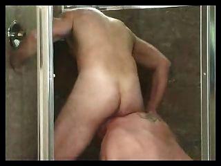 परिपक्व पुरुषों चूसने और गधा शॉवर में चाट।