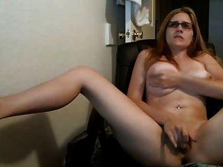 महिला केम्स देखता है और cums तक बिल्ली के साथ खेलता है
