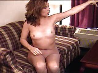 सोफे पर Pantyhose में मज़ा dildo