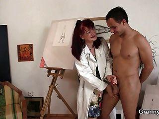 वह पेंटिंग और मुश्किल लंड पसंद करती है