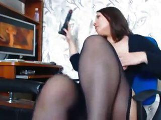 सुंदर curves के साथ एक औरत एक अश्लील देख masturbates