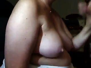 परिपक्व महिला डिक बेकार है और उसके स्तन पर सह हो जाता है
