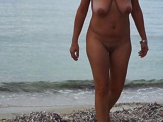 समुद्र तट पर घूमना