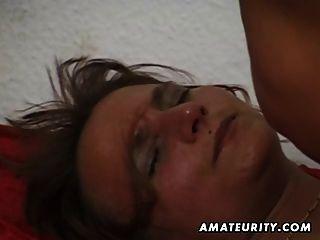 शौकिया परिपक्व पत्नी बेकार है और मुँह में सह के साथ fucks