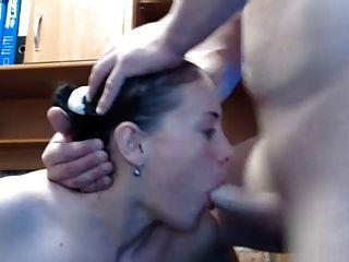 लड़की अद्भुत blowjob देता है तो चेहरे को लोड लेता है