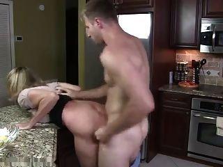 बड़े स्तन और आदमी के साथ वेश्या माँ