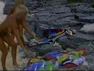 समुद्र तट और एक लंड से बिकनी बेब्स