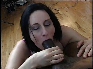 बड़े स्तन के साथ श्यामला उसके घुटनों पर एक बड़े पैमाने पर काला मुर्गा पर बेकार