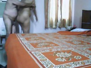 बेडरूम में परिपक्व भारतीय जोड़ी बनाने प्यार