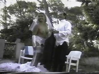 फ्रेंच लड़की एक सफेद शादी की पोशाक पहने हुए, जबकि गड़बड़ हो जाता है