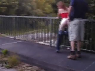 प्रेमिका राजमार्ग के ऊपर एक blowjob देता है