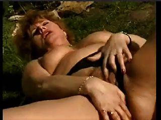 Snahbrandy द्वारा बगीचे में हस्तमैथुन गीला पुराने पत्नी