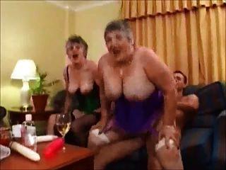 दो सेक्सी ब्रिटिश grannies 1 पहनने के लिए ट्वीड