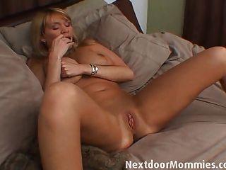 भारी स्तन के साथ बड़ी औरत masturbates