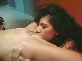 मेलानी मूर और एलिसिया रियो समलैंगिक दृश्य