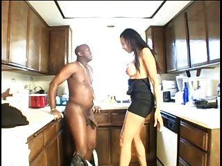 आबनूस फूहड़ उसके प्रेमी के रसोई घर में एक blowjob देता है