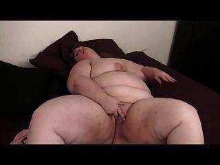बीबीडब्ल्यू गोरा बिस्तर पर खिलौना के साथ masturbates